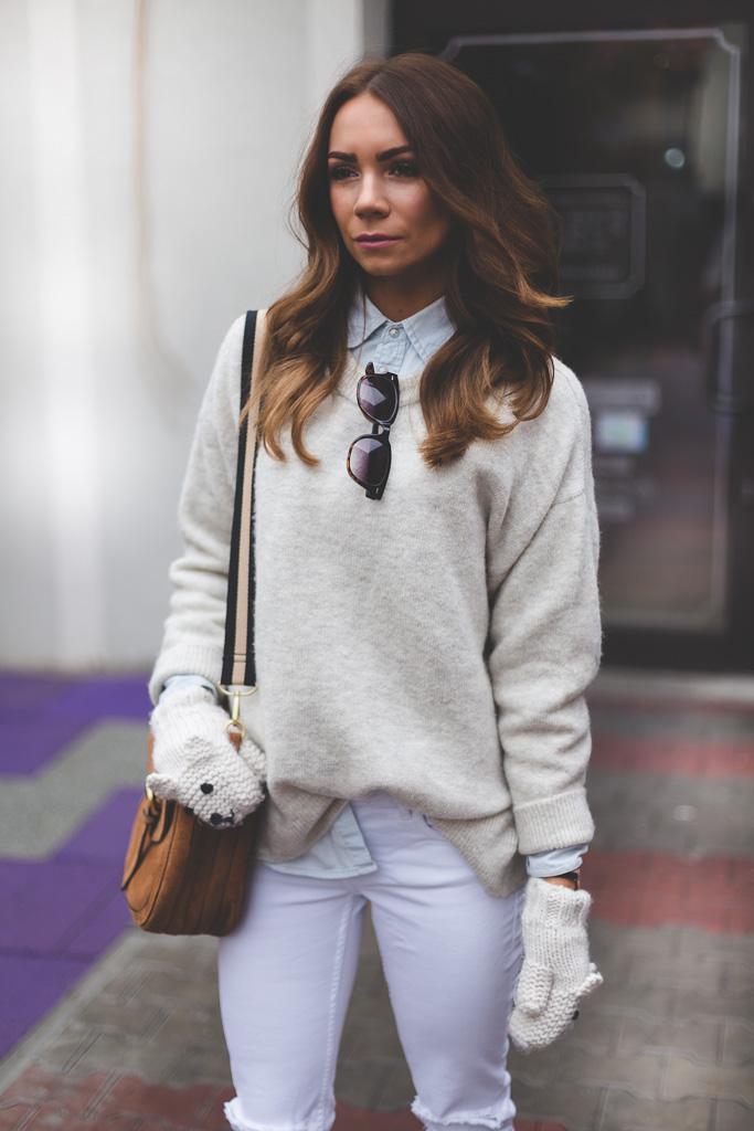Białe spodnie w jesiennej stylizacji