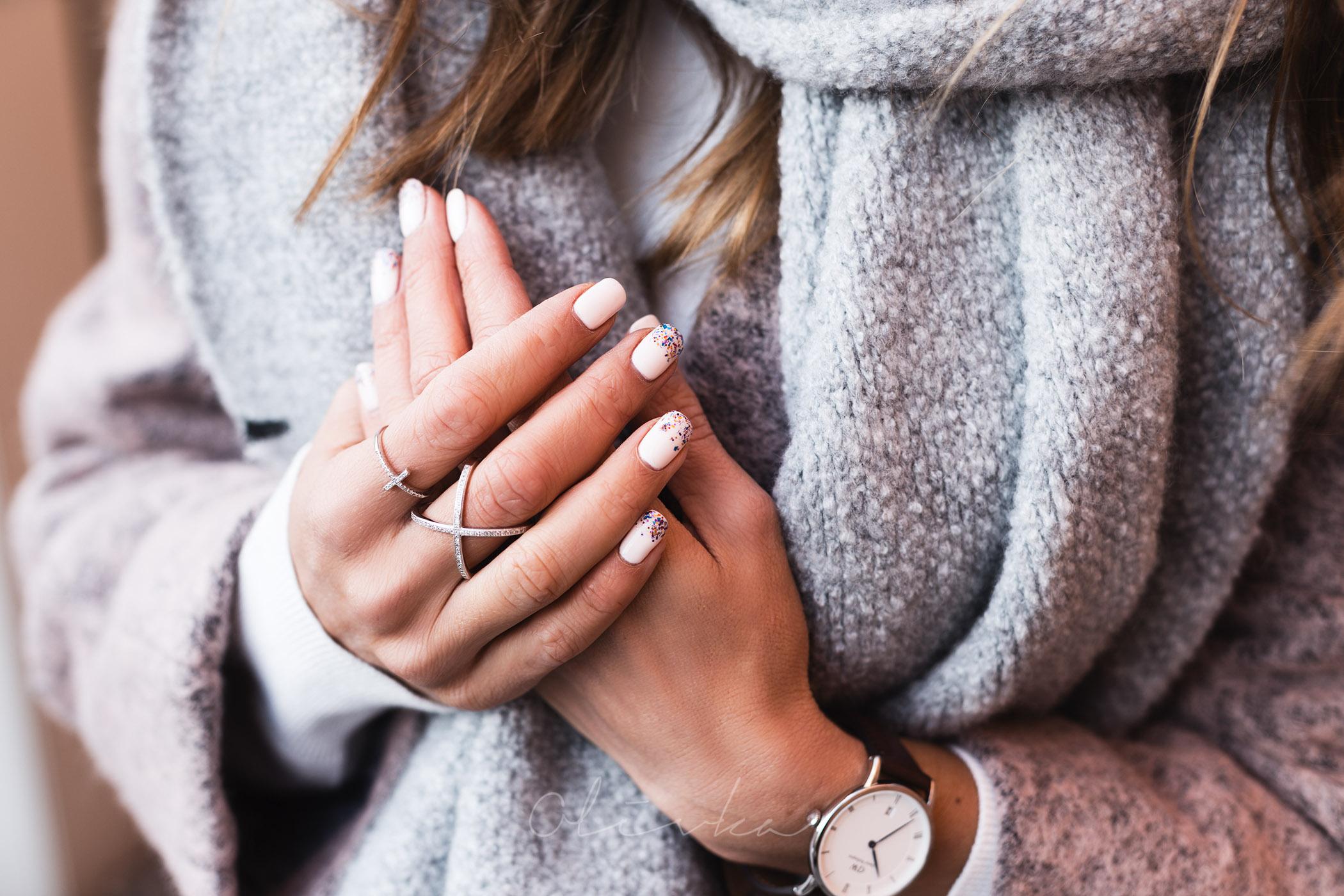 Płaszcz wełniany, płaszcz aggi, olivka blog, modna mama, pierścionek cross, jooli biżuteria, semilac, manicure hybrydowy semilac