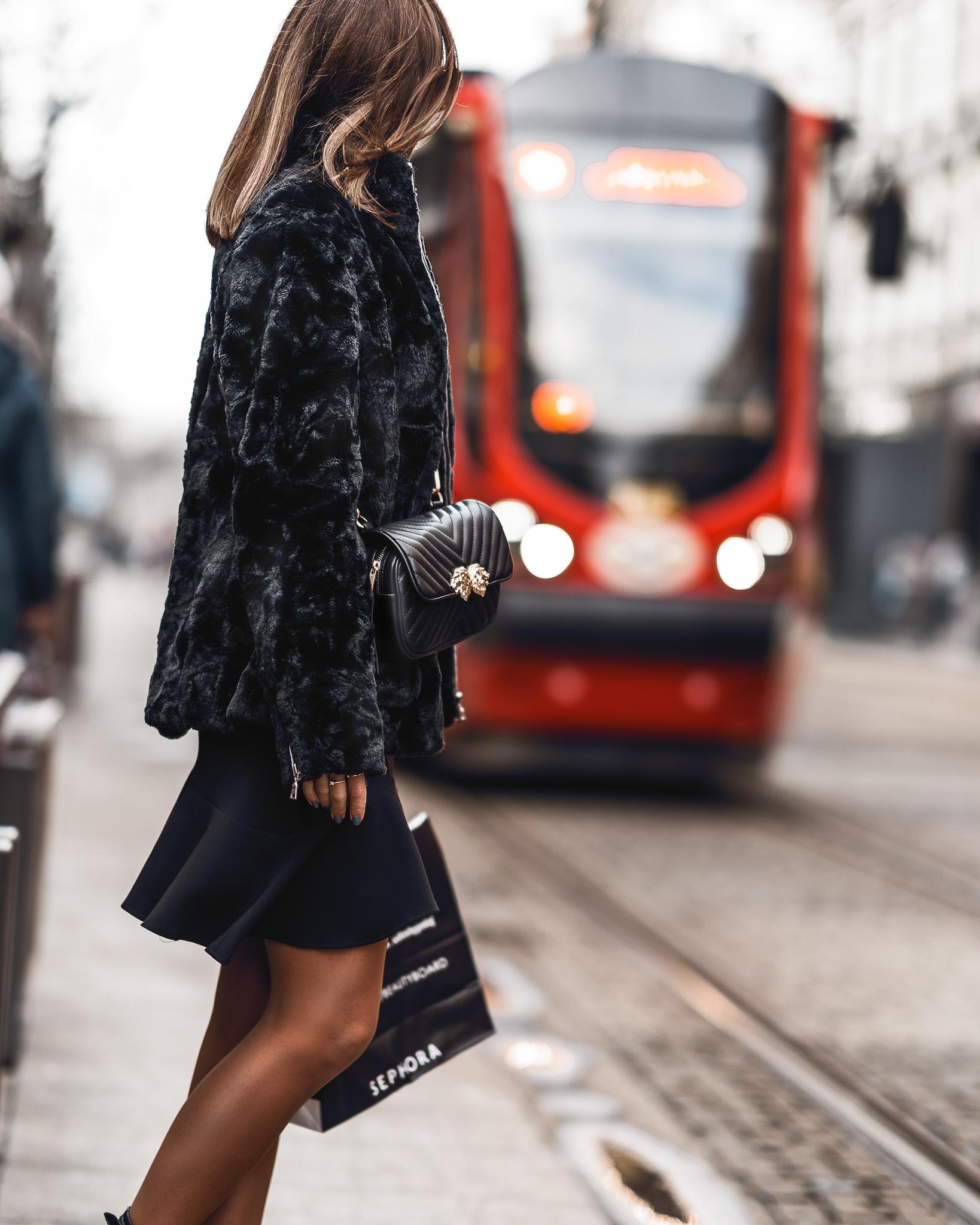 Sukienka NZ, mała czarna, torebka biodrowa zara