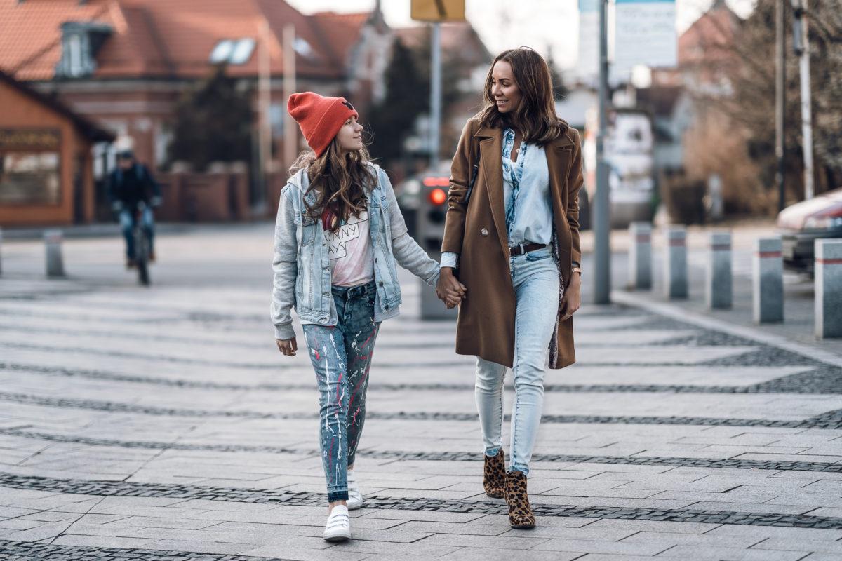 Mama i córka w dżinsowym wydaniu