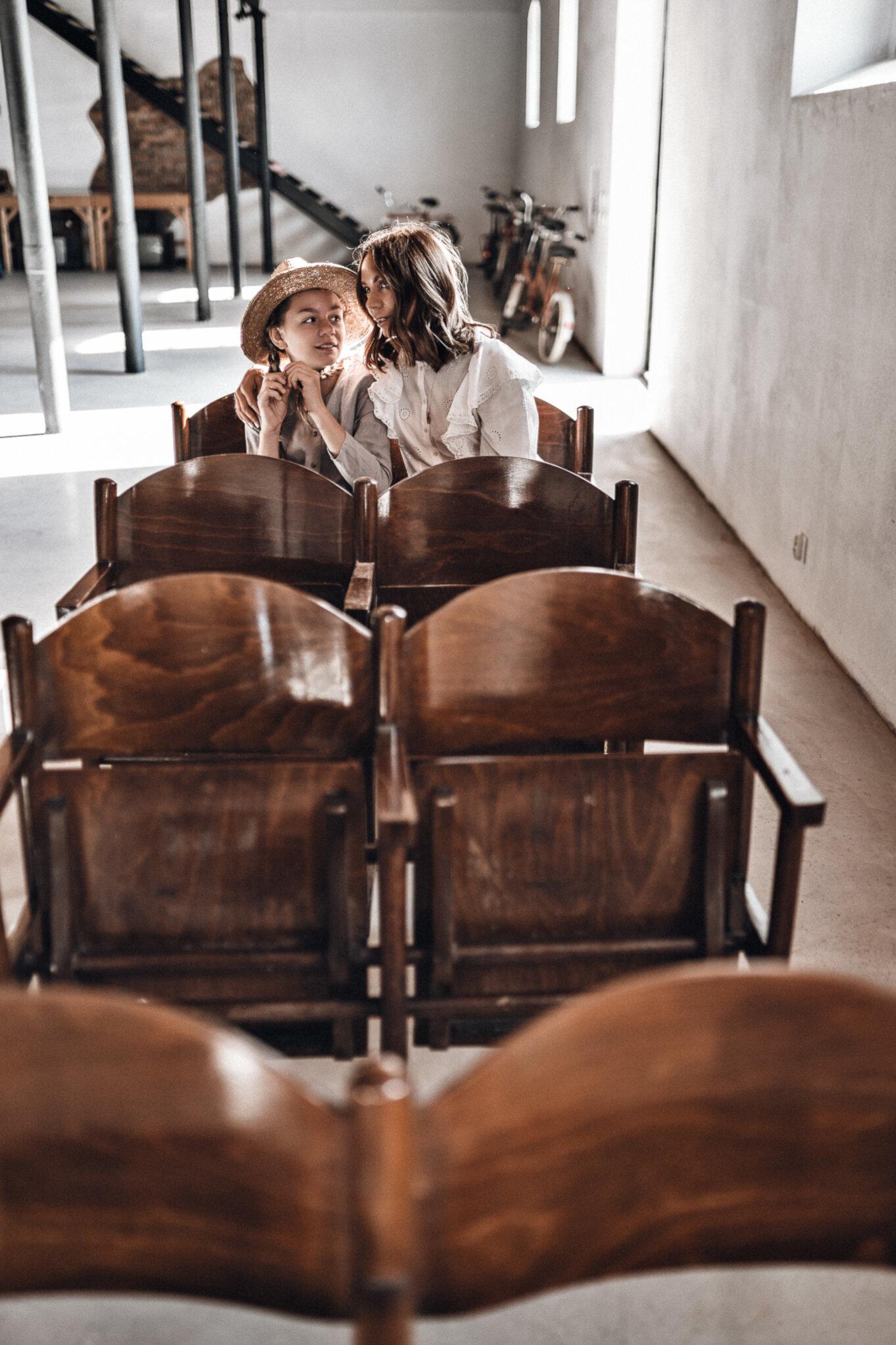 Rząd zabytkowych krzesełek w Muzeum PRLu
