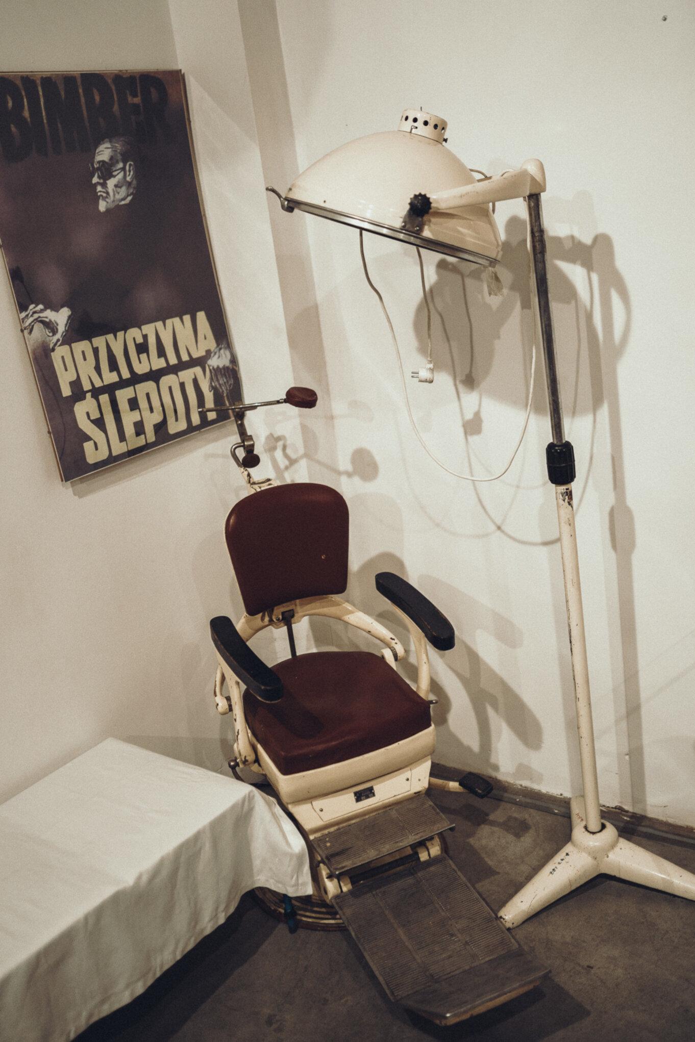 W czasie jednodniowej wycieczki na Śląsk można odwiedzić dany gabinet dentysty w Muzeum PRL