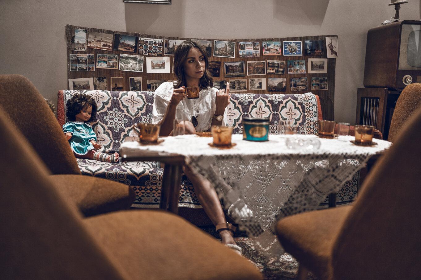 Przerwa na herbatę w PRLowskim salonie podczas zwiedzania Muzeum na Śląsku