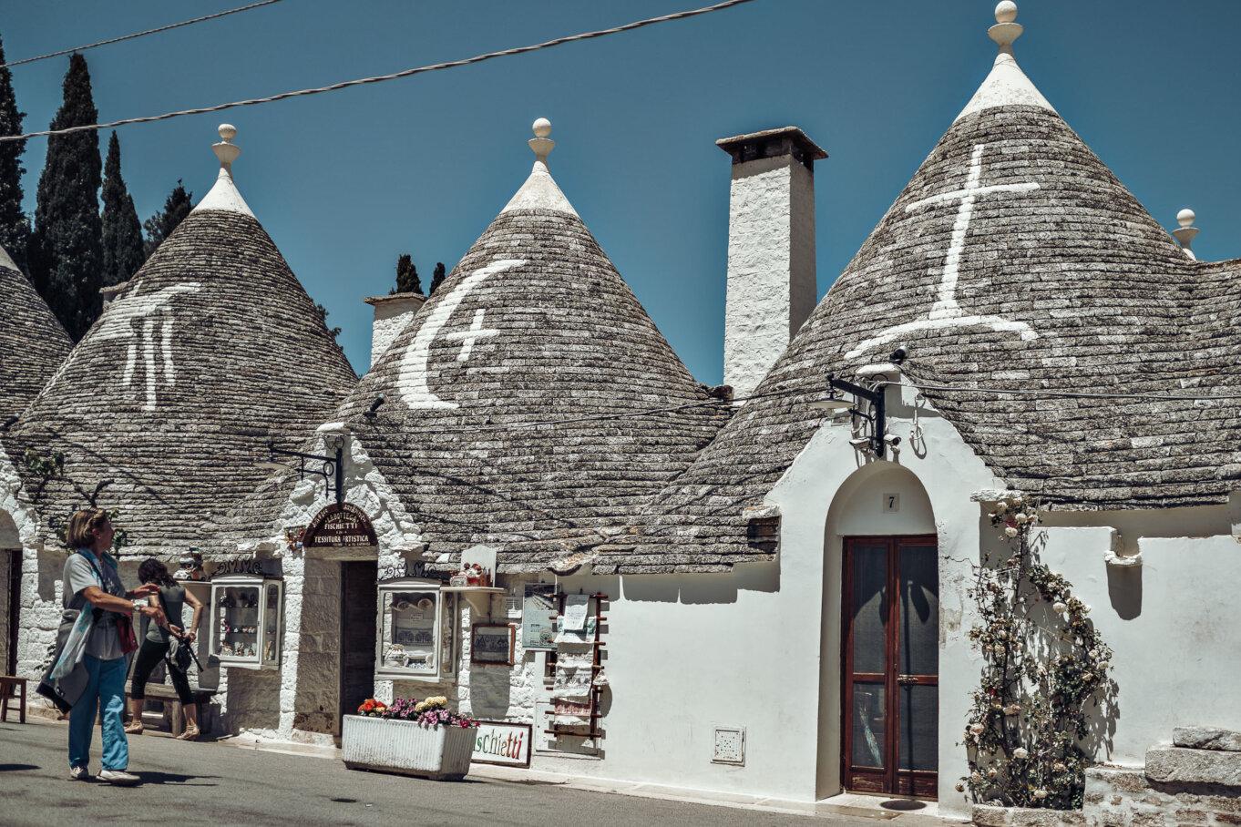 Białe symbole na spiczastych dachach truli miały odpędzać złe duchy