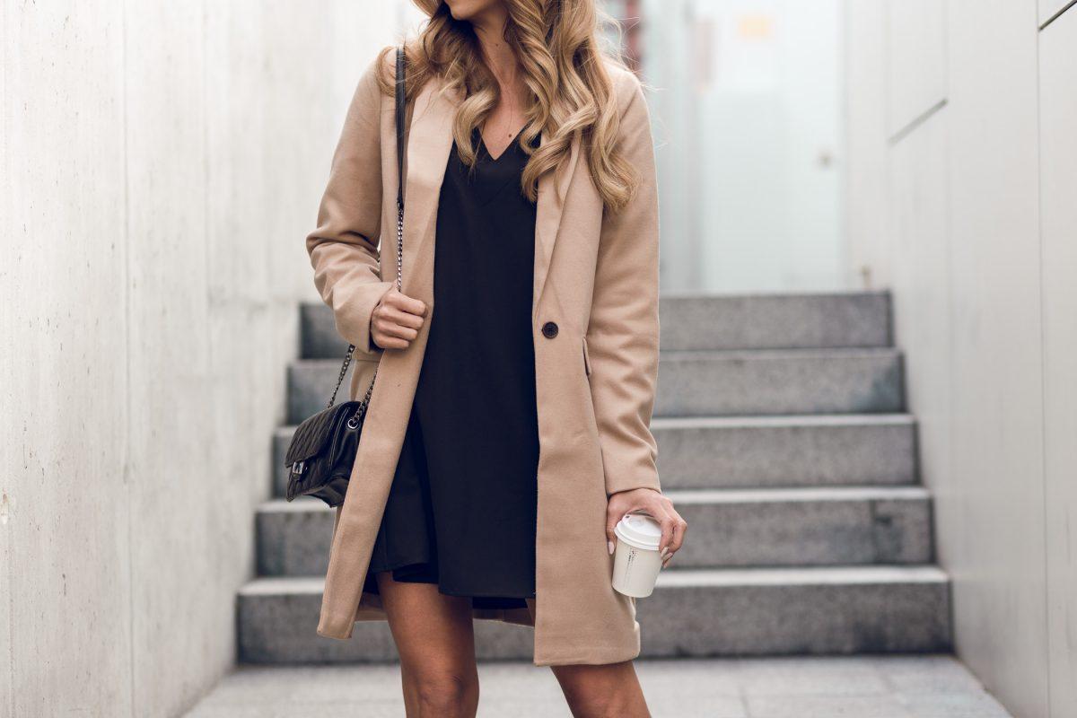 Mała czarna i beżowy płaszcz