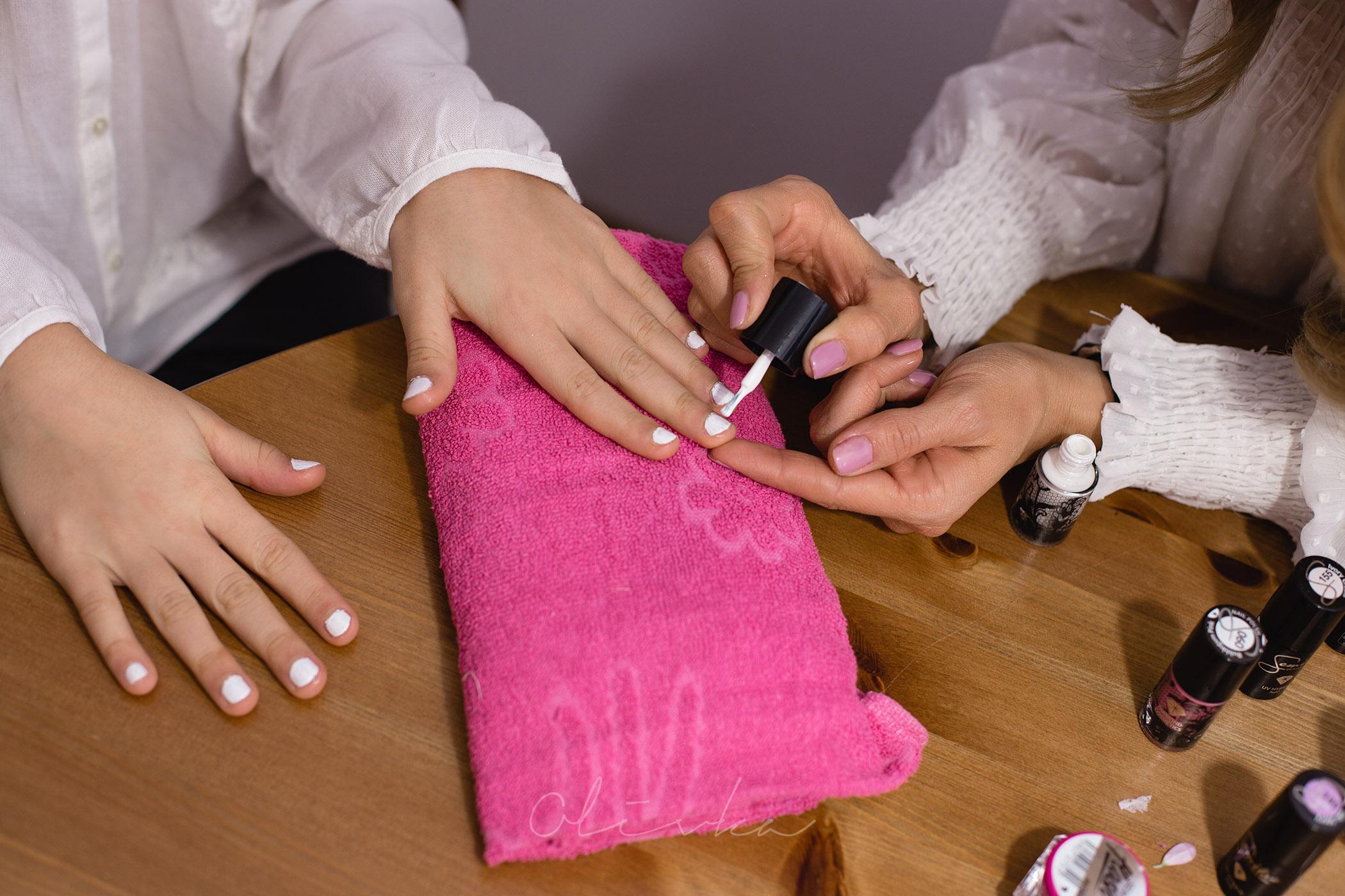 Malowanie paznokci białym hybrydowym lakierem