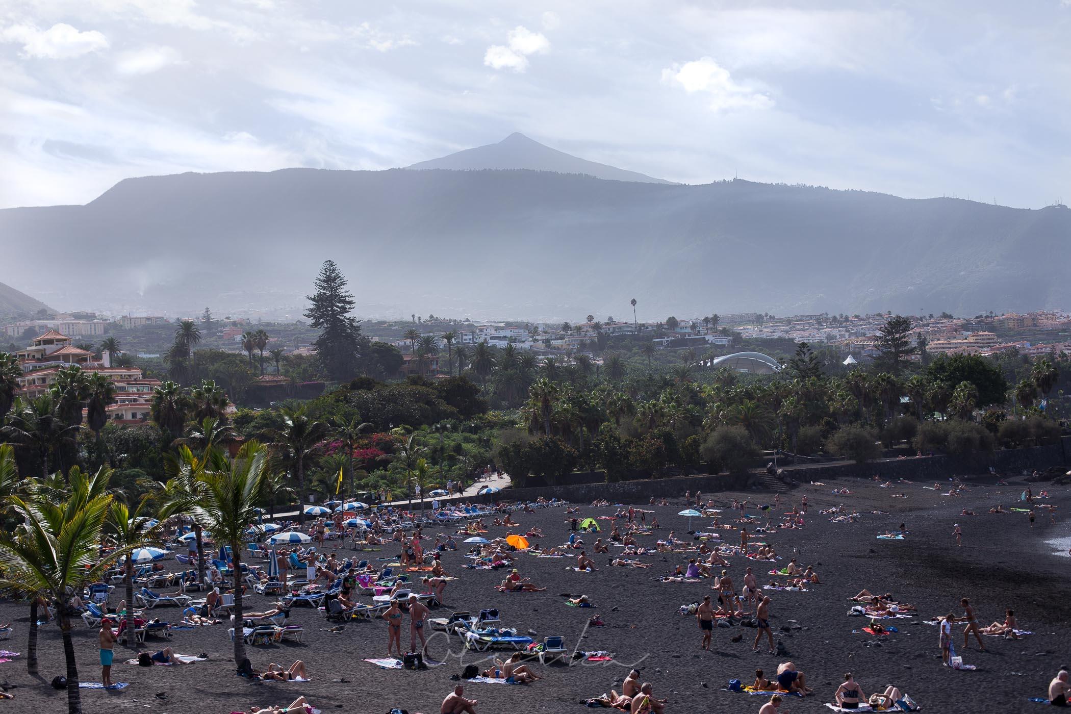 Widok na La Arena z górami w tle