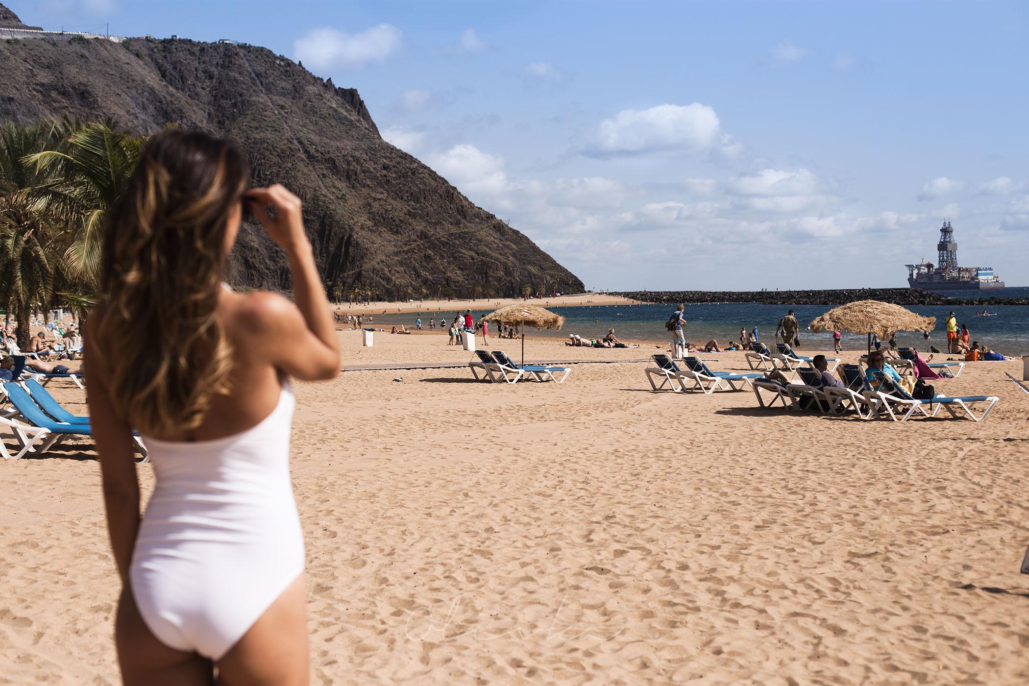 Plaża na Teneryfie z żółtym saharyjskim piaskiem