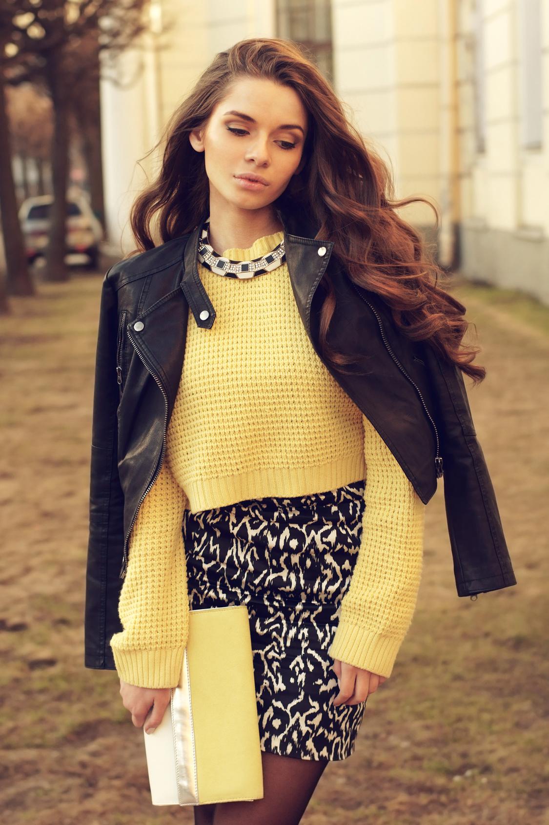 Krótka ramoneska z żółtym swetrem i wzorzystą spódniczką
