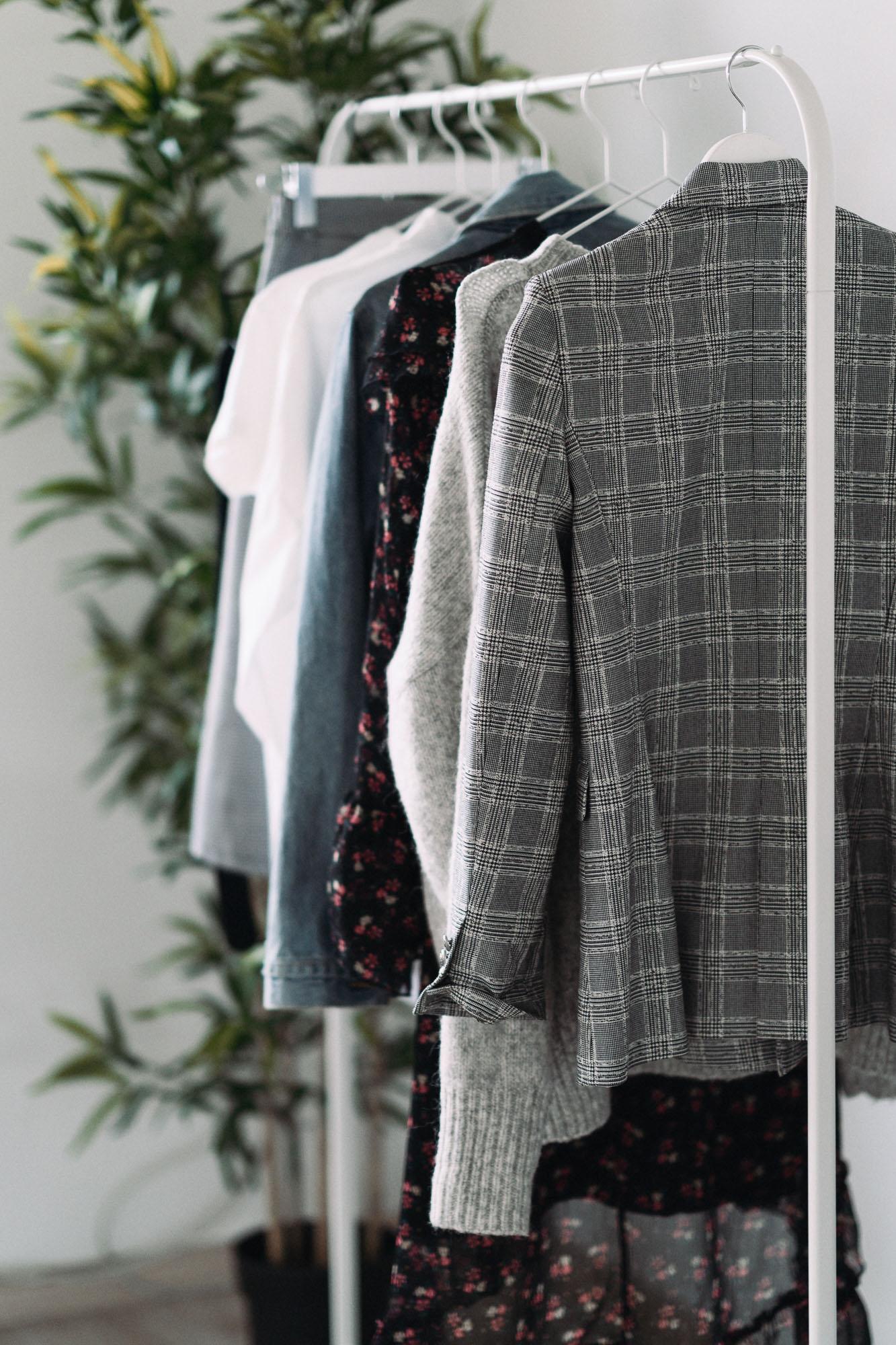 Garderoba kapsułkowa zawiera podstawowe ubrania