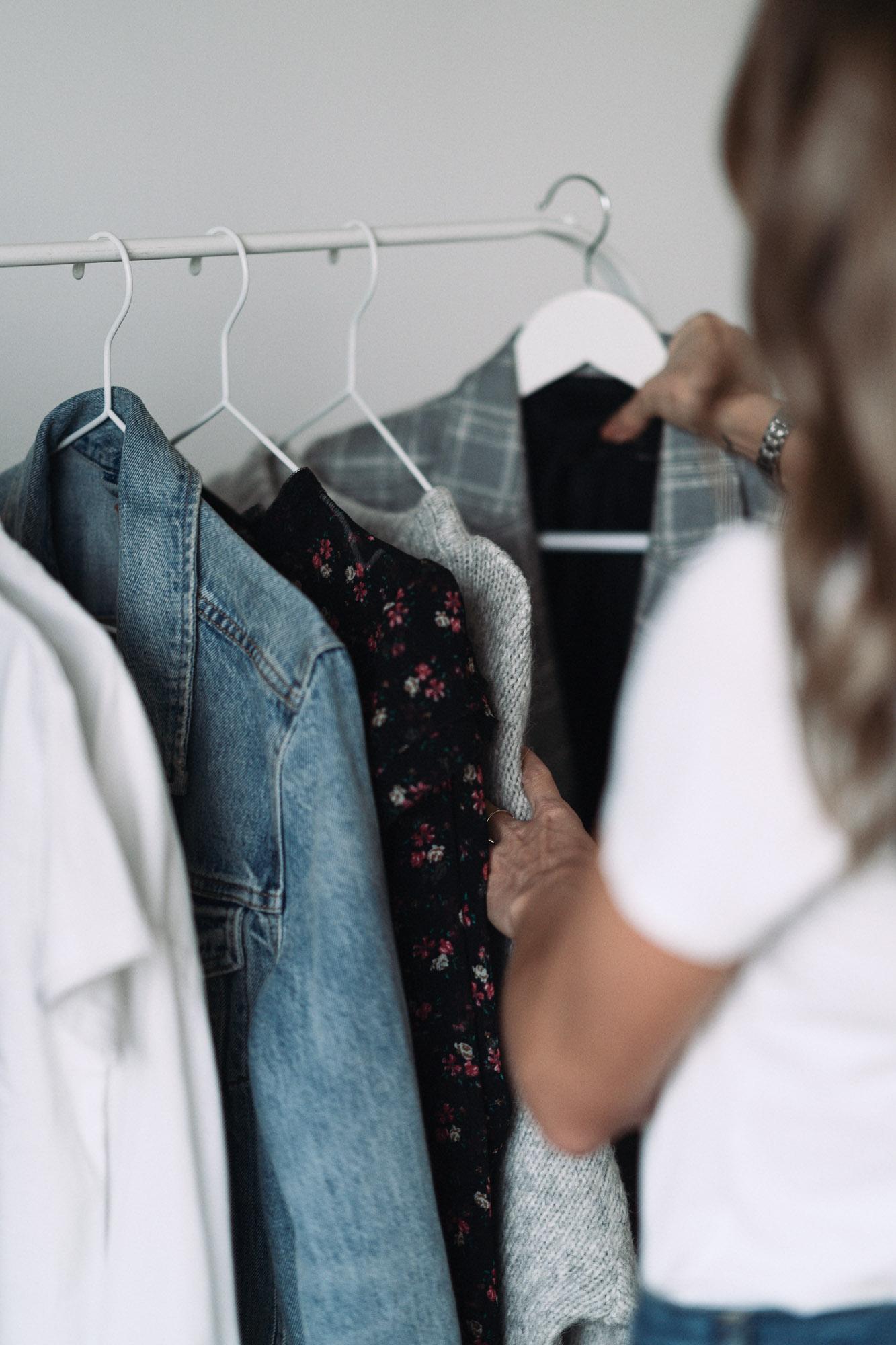 Bazowe ubrania w szafie