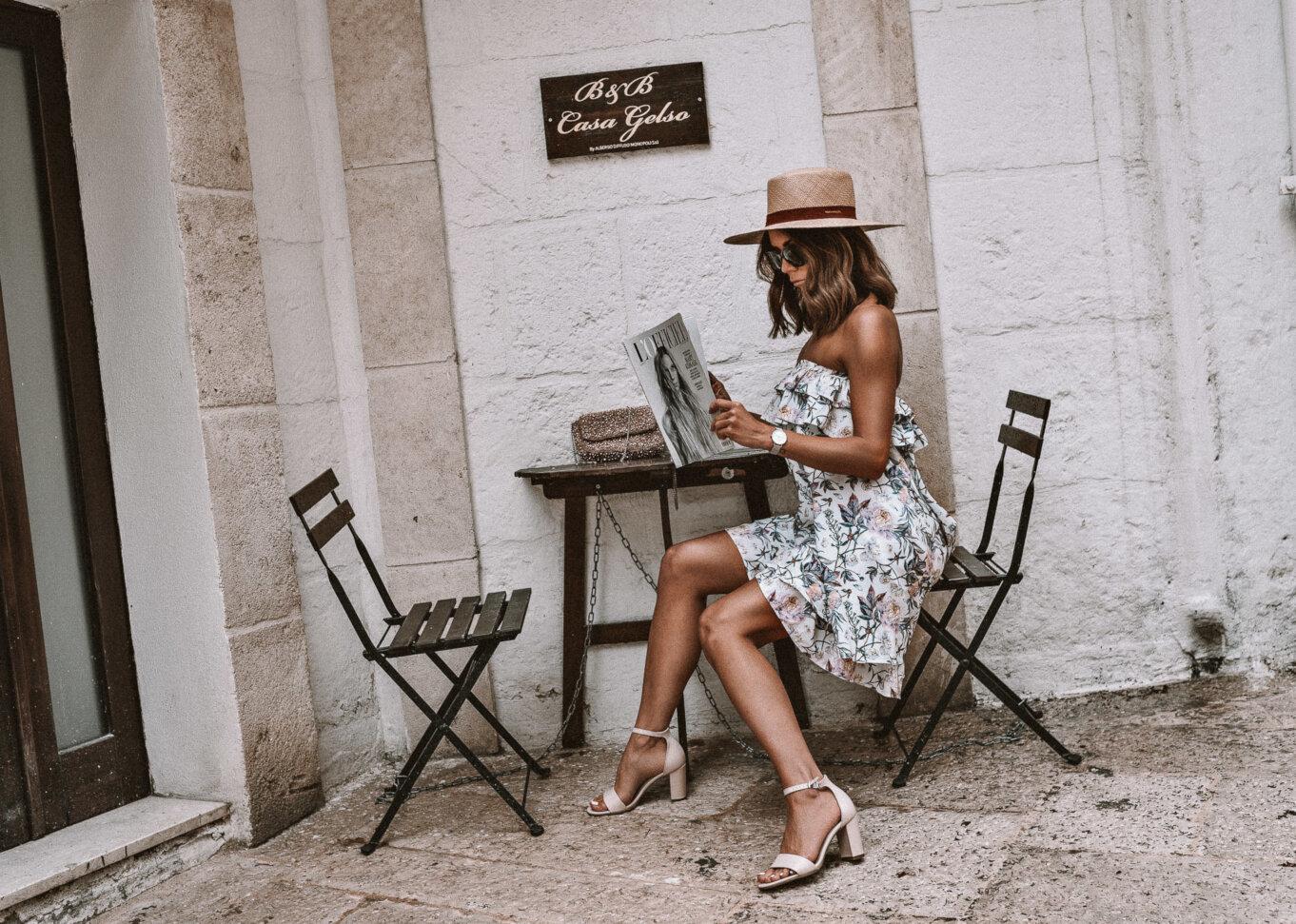 Stoliczek przed hotelem B&B w Puglii