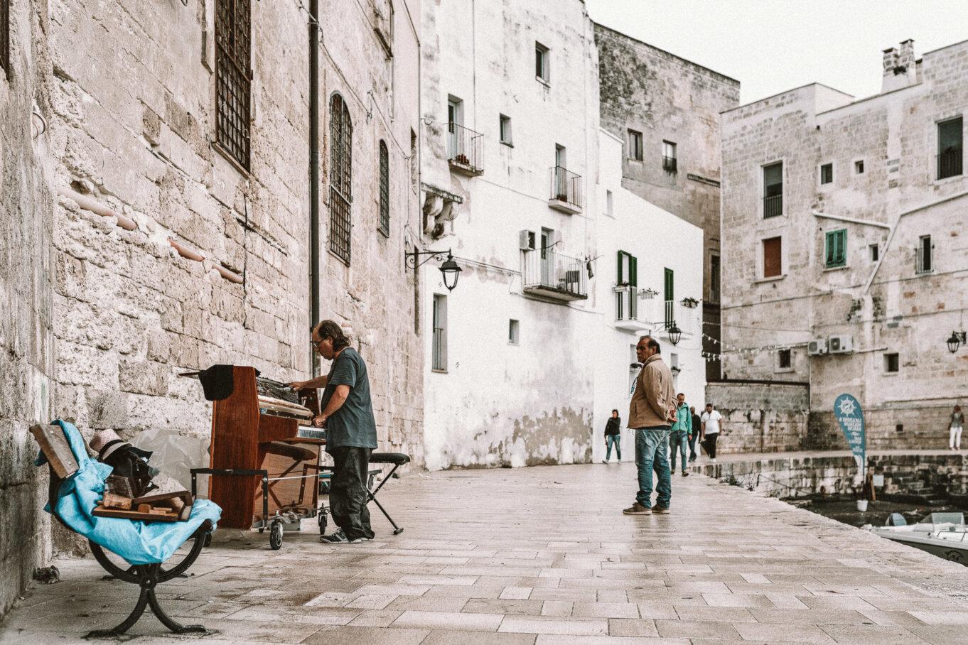Historyczne białe budynki w okolicy Bari