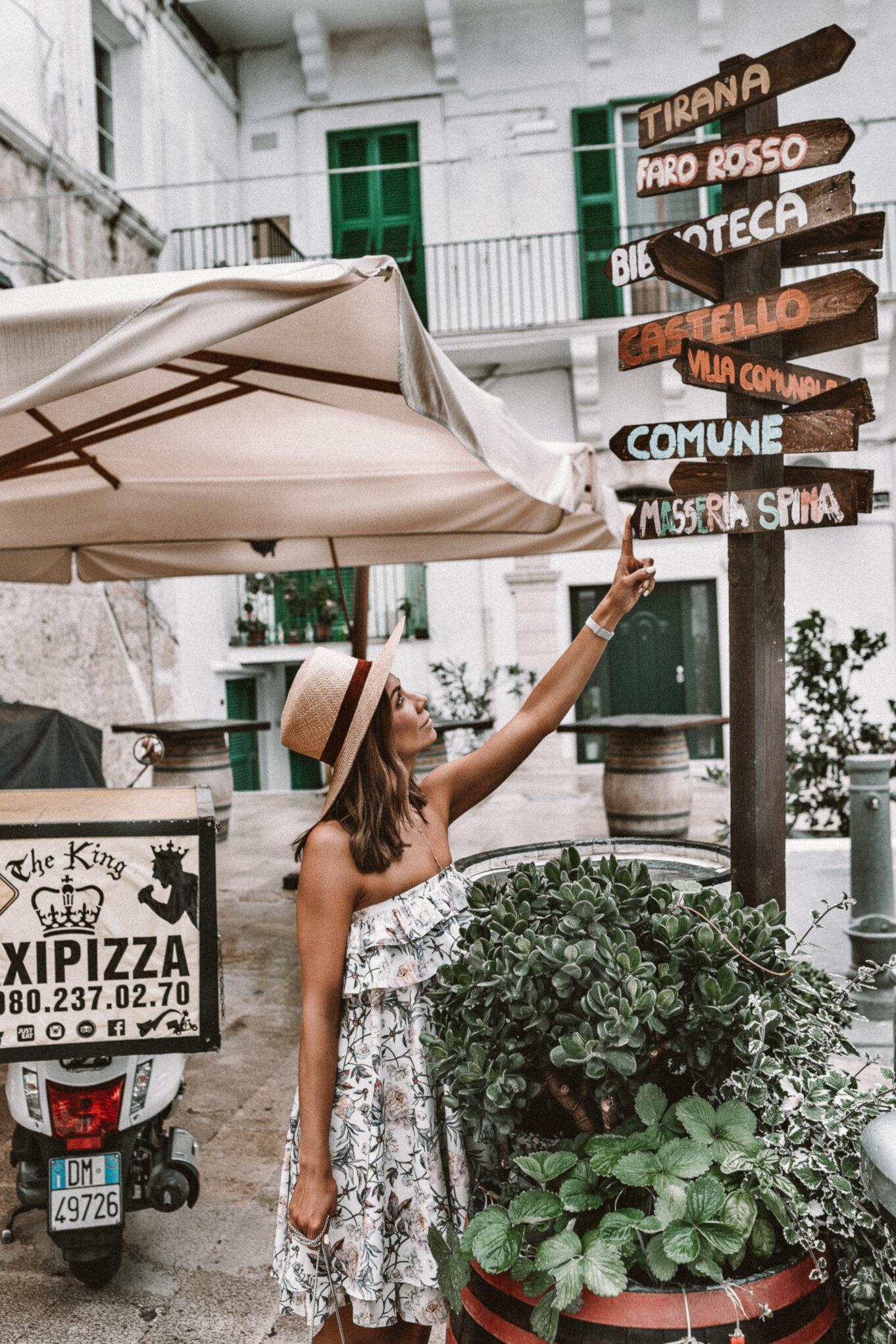 Drogowskaz w mieście na południu Włoch