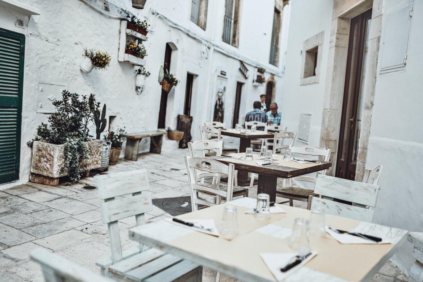 Błądząc po mieście można trafić na kawiarnie i restauracje