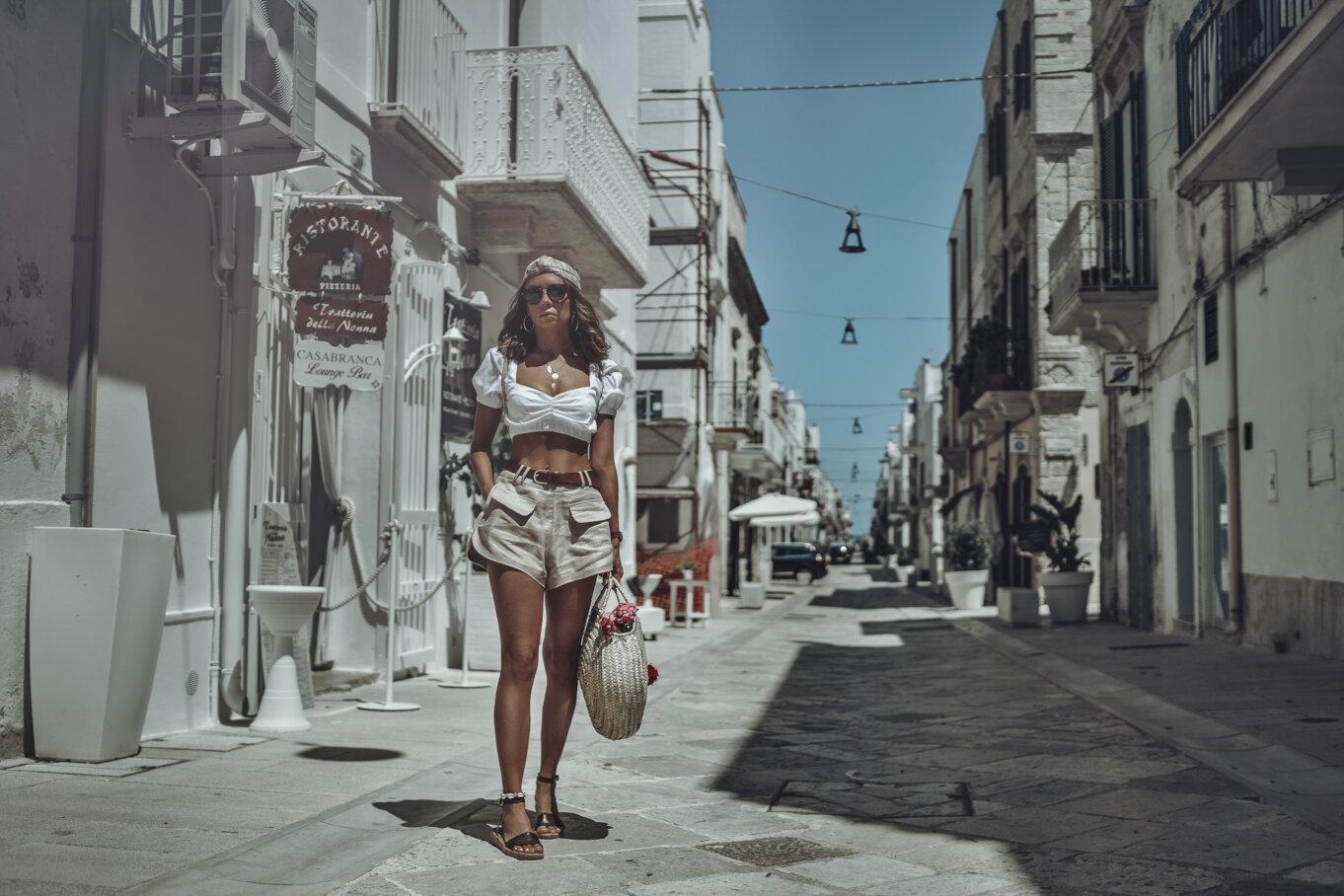 Spacer po zalanych słońcem uliczkach Polignano a Mare