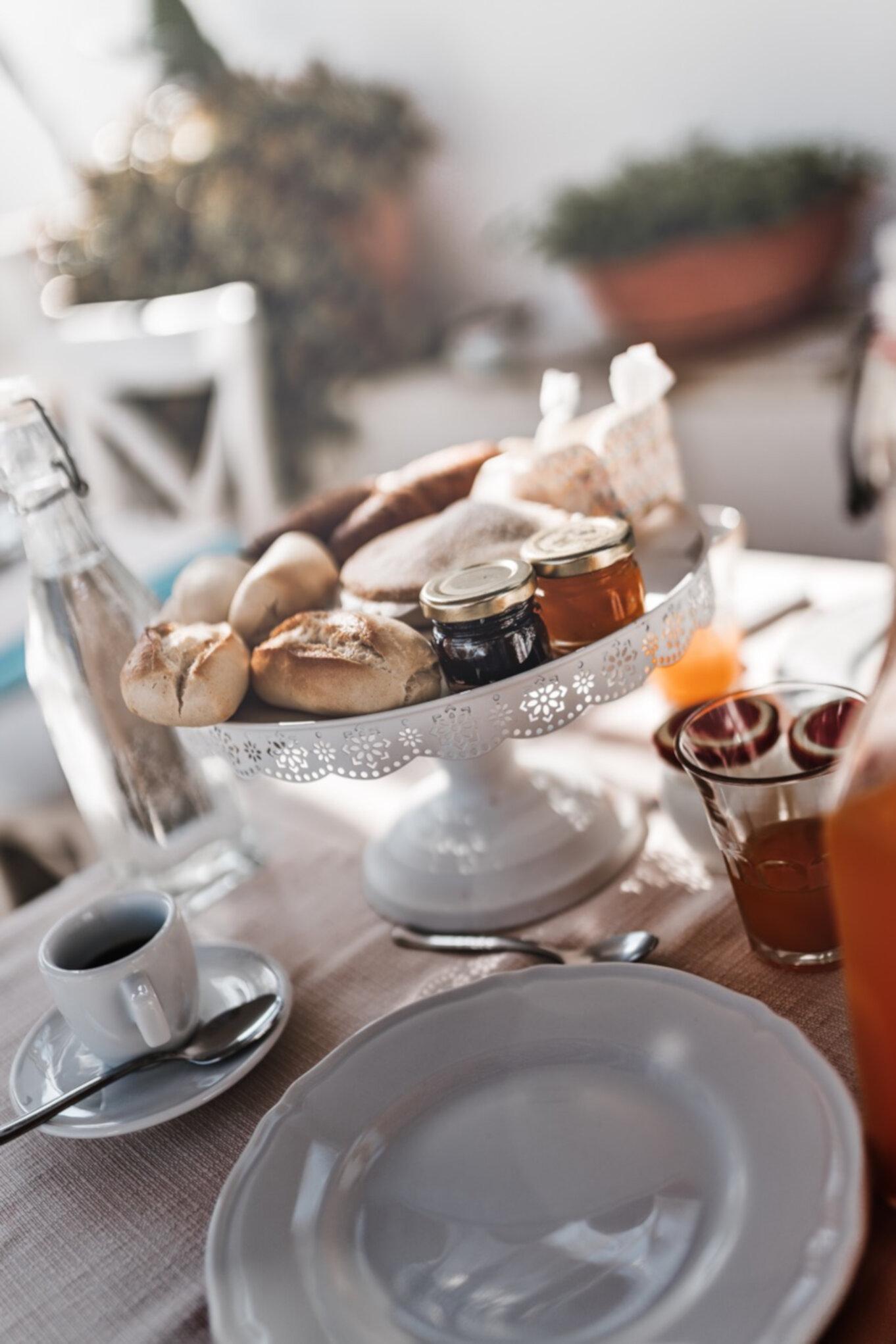 Włoskie śniadanie na świeżym powietrzu