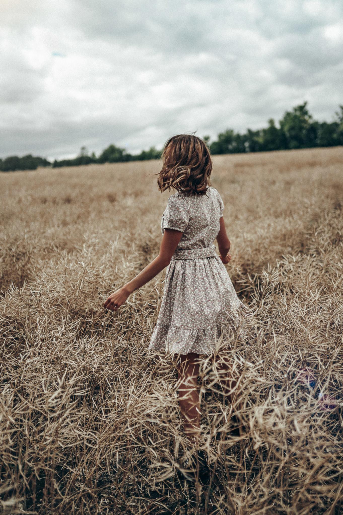 Delikatna sukienka w kwiatuszki na tle morawskich pól