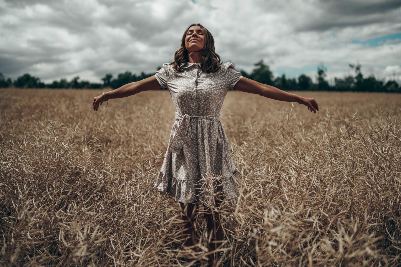 Zdjęcie w sukience w kwiatki na tle pól Mikulov
