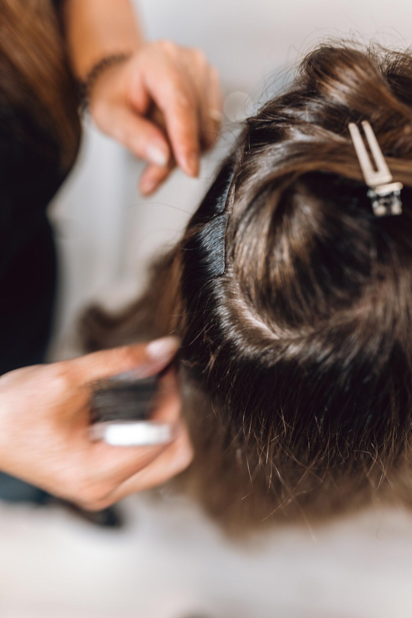 Doczepiamy włosy naturalne na taśmie.