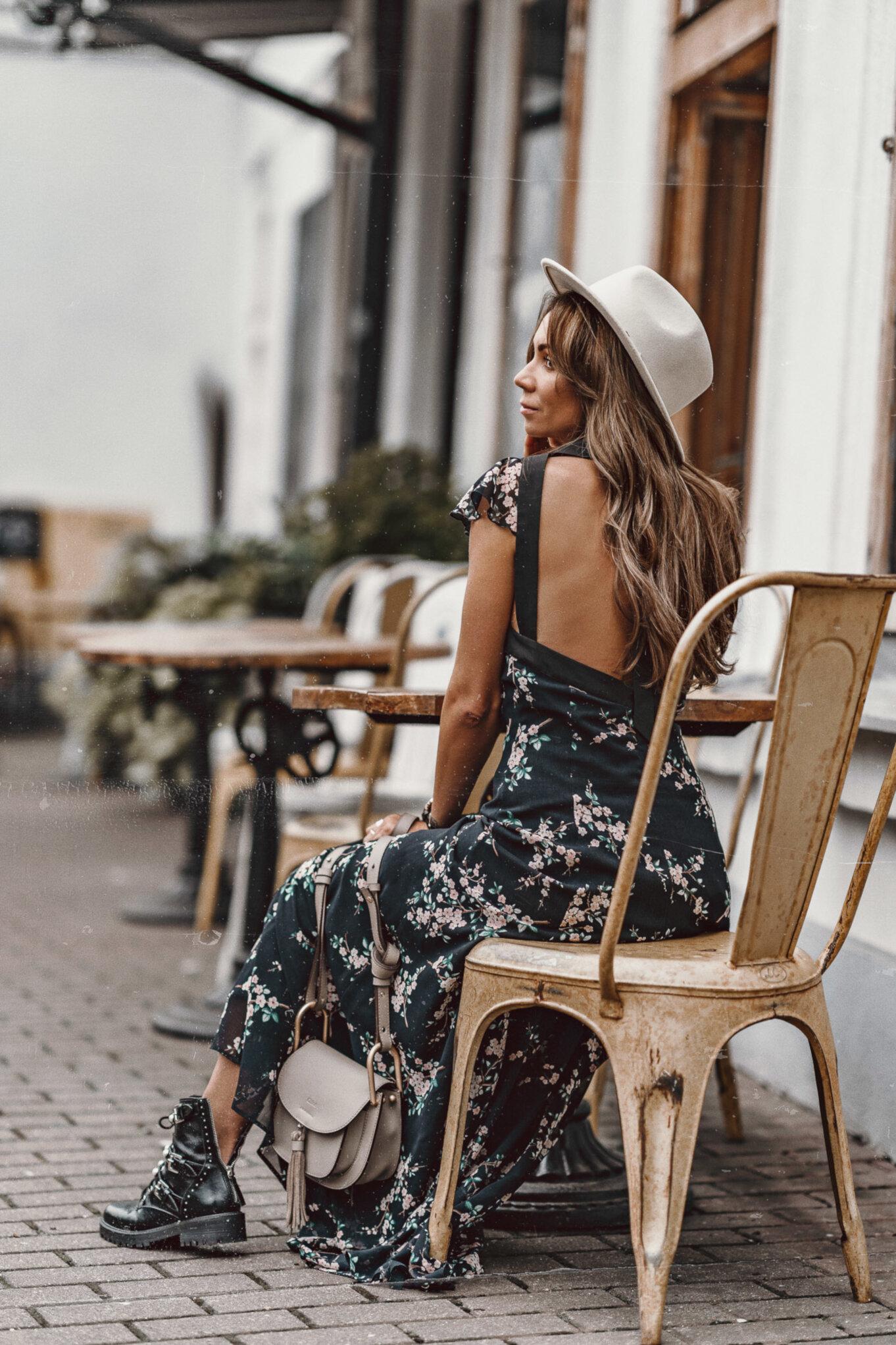 W tym sezonie modne są długie sukienki w kwiaty
