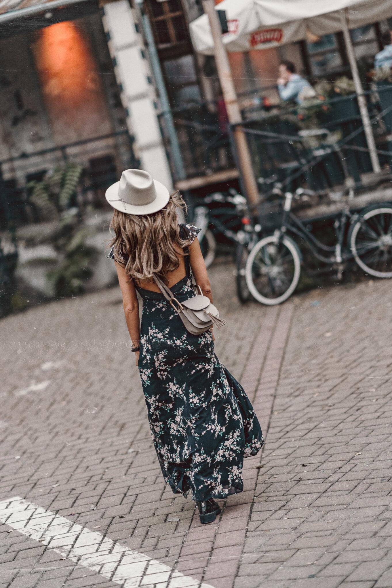Czarna długa sukienka z rockowymi dodatkami