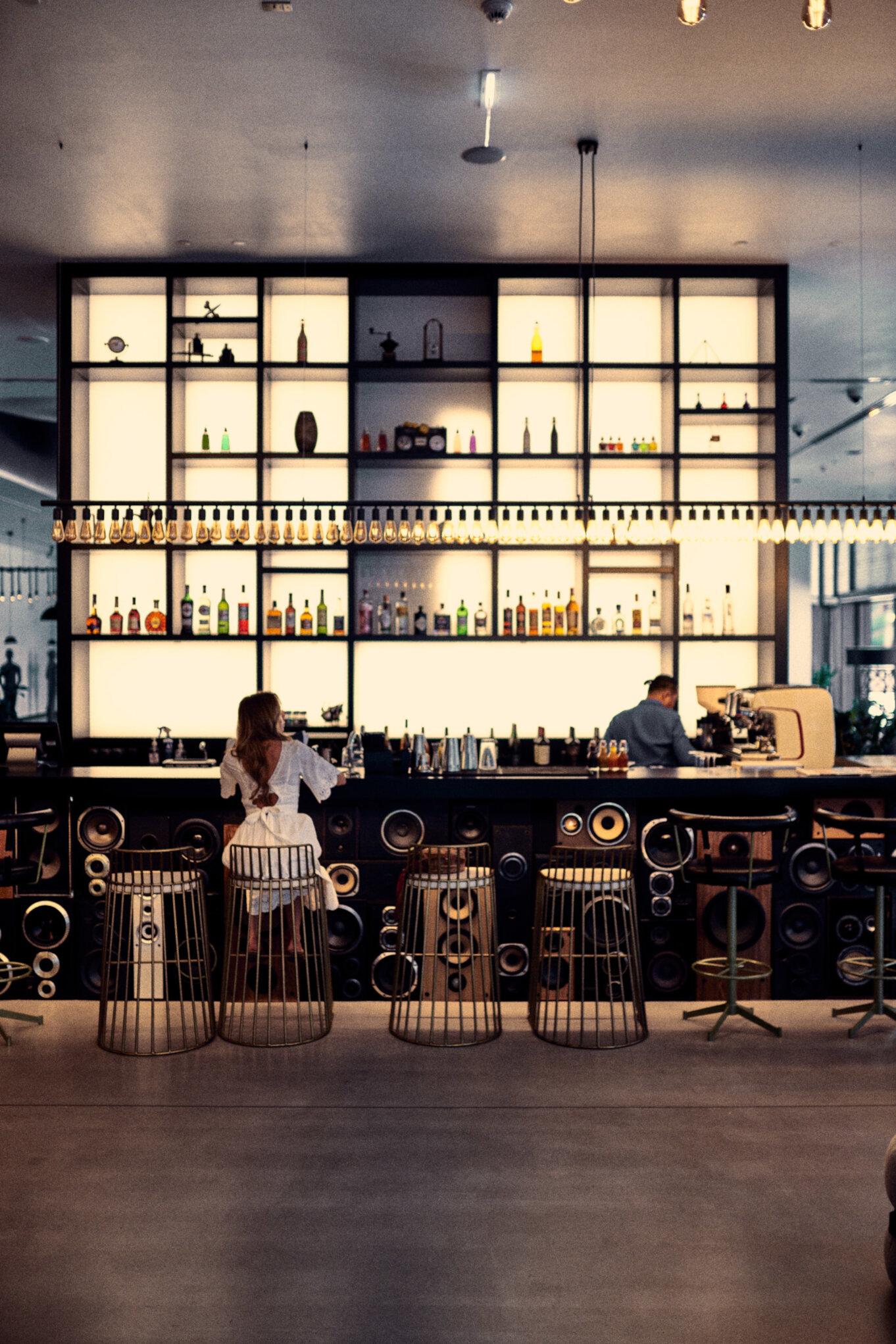 Bar w jednym z hotelów w Dubaju
