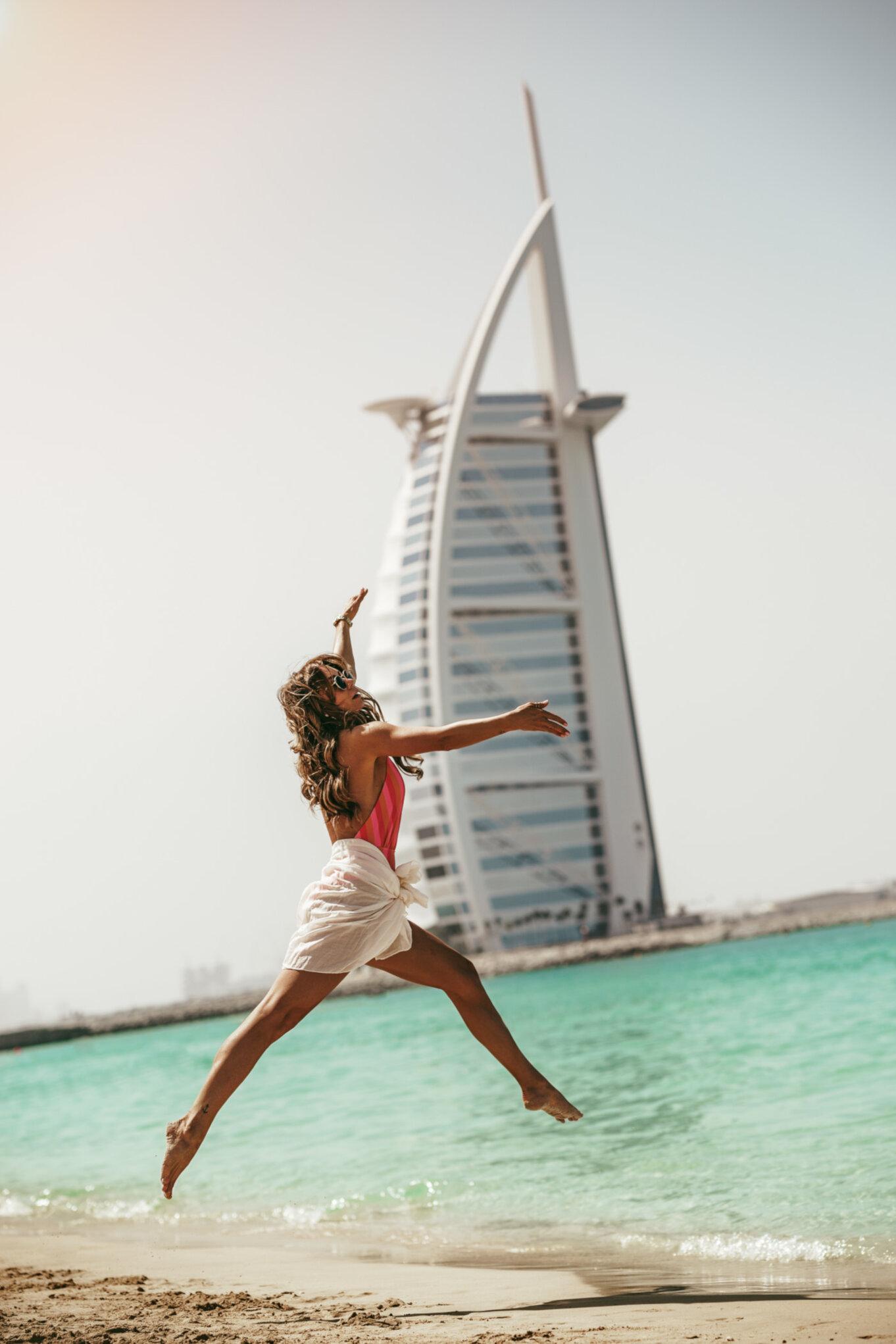 Plaża Jumeirah Beach z widokiem na najdroższy hotel w Dubaju