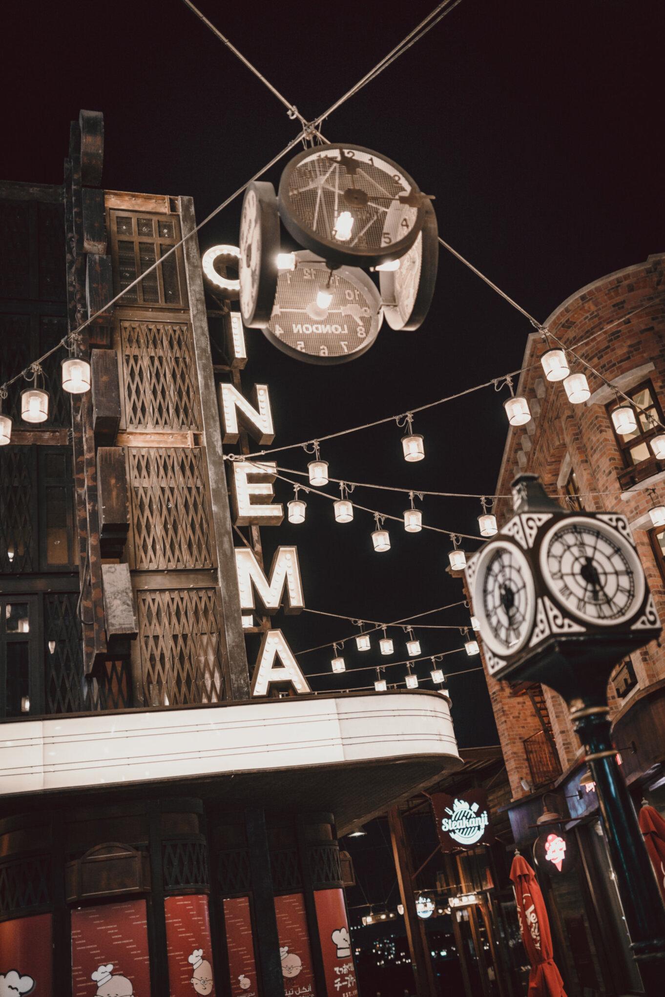 Kino w Dubaju niedaleko plaży La Mer
