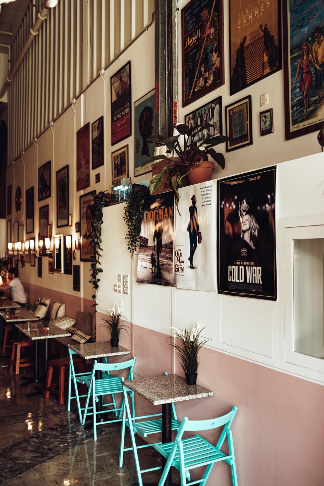 Wejście do kino-kawiarni w Dubaju