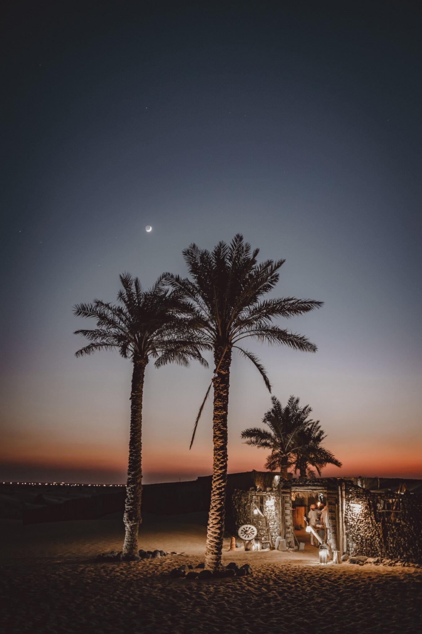 Pustynia w Dubaju nocą