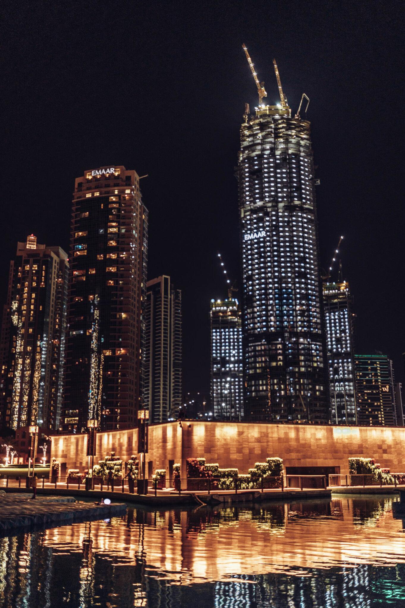 Oświetlone wieżowce w Dubaju nocą