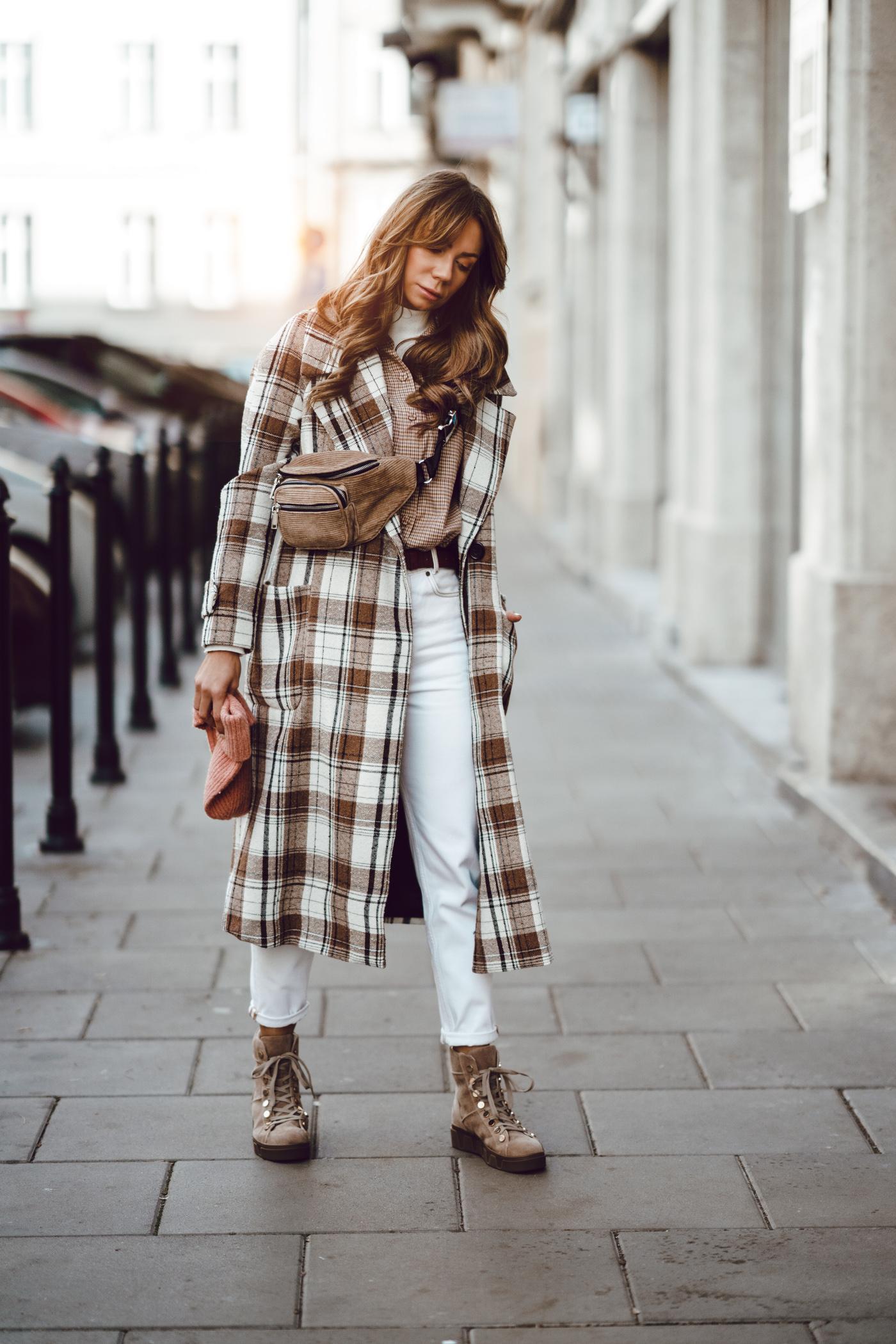 Płaszcz w kratę Mango, buty Renee, botki beżowe renee, najlepsze jesienne stylizacje,