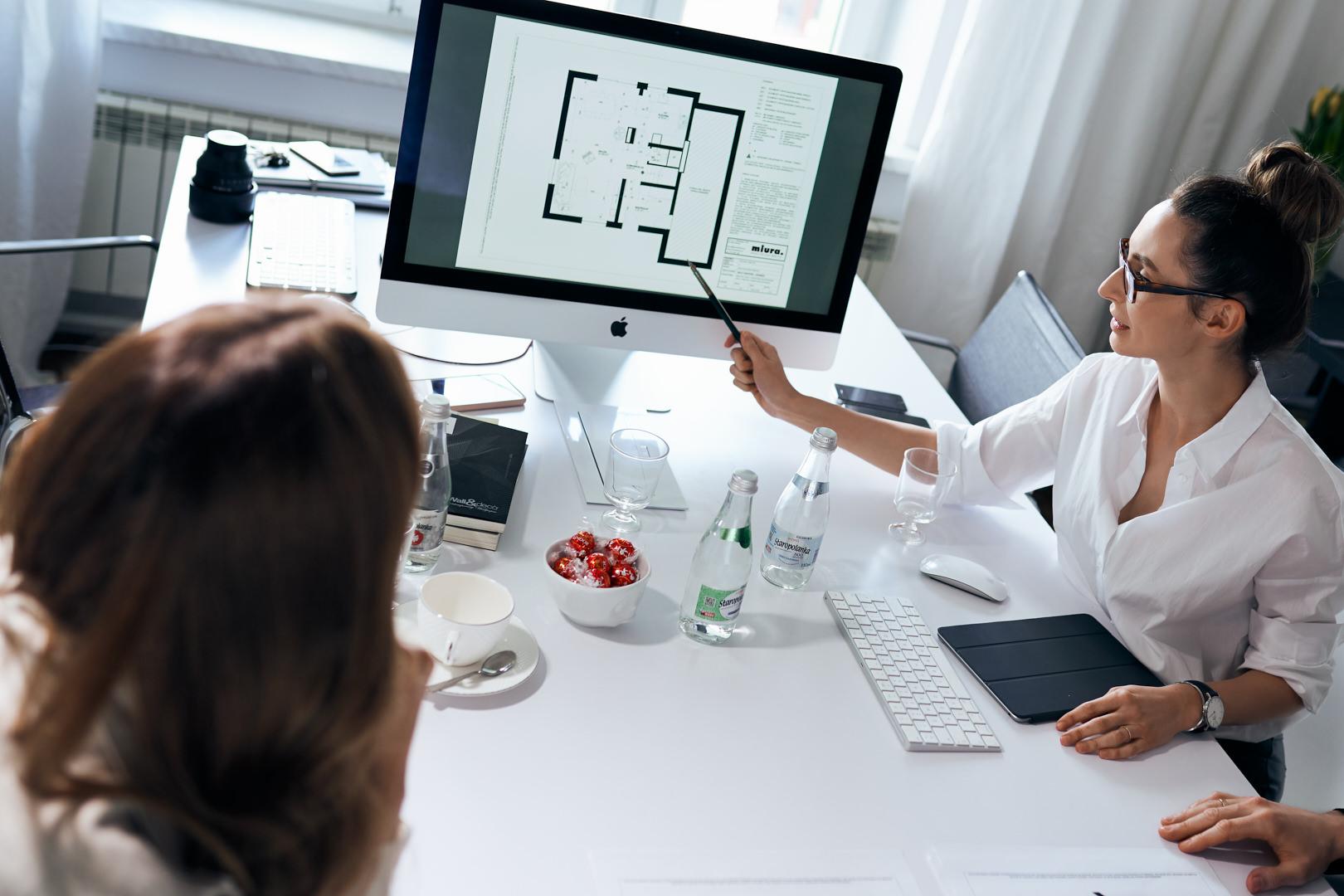 Omówienie z projektantami wnętrz zagospodarowania przestrzeni prawej części domu