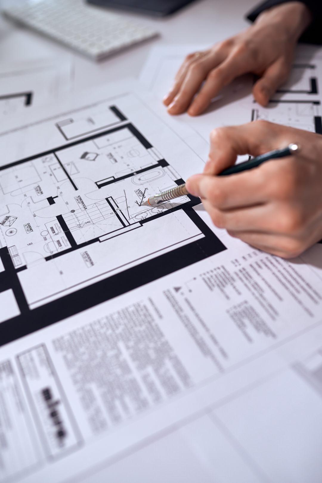 Architekci wnętrz pokazują projekt funkcjonalny domu