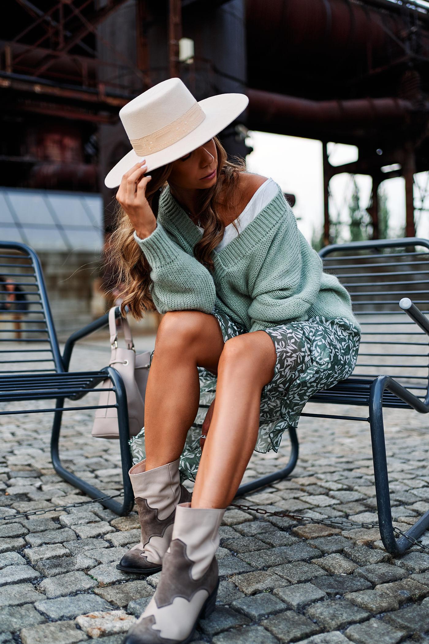 sweter close, spódnica close, kapelusz lack of color