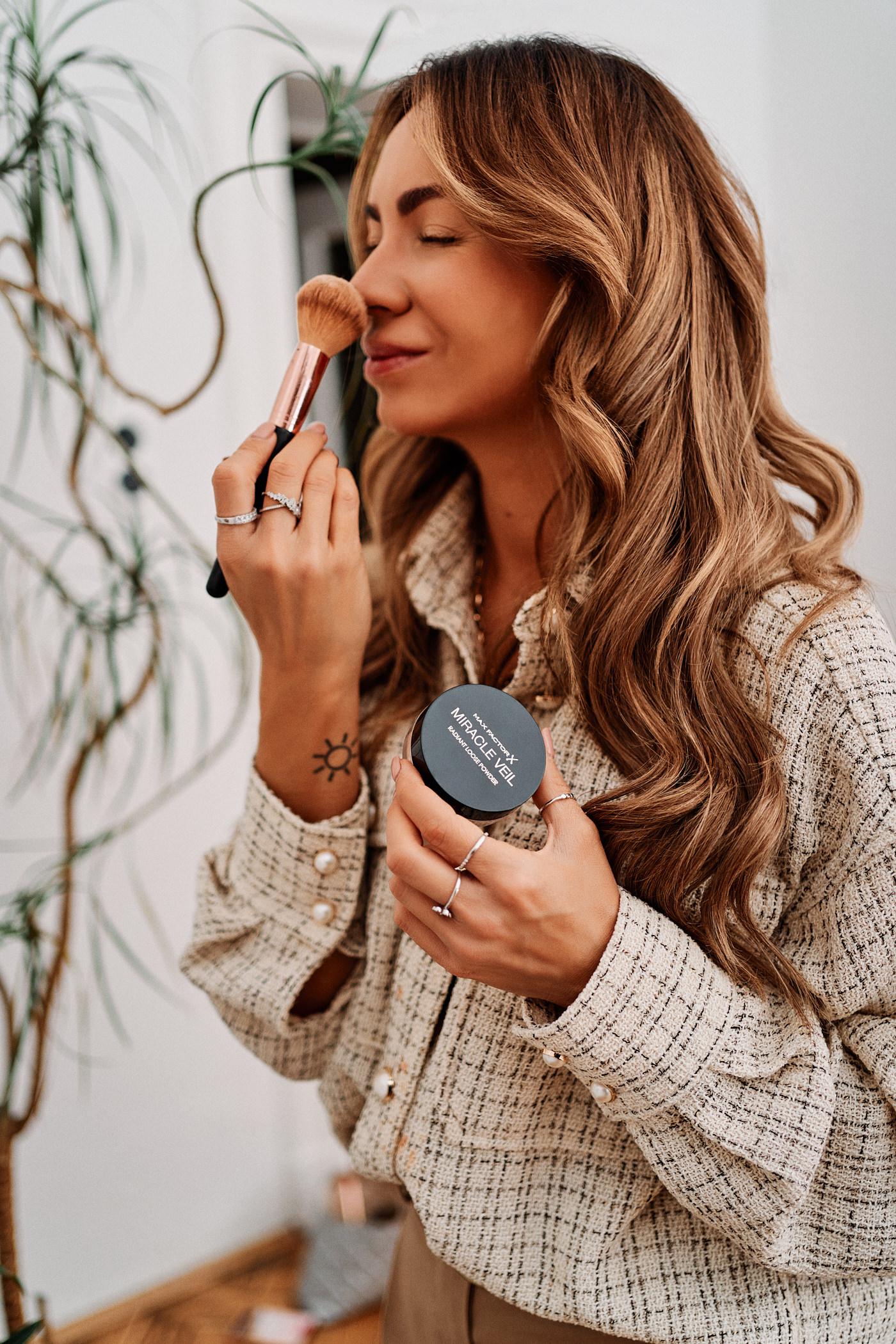 Chcesz wykonać idealny i supertrwały makijaż świąteczny? Wybierz sypki puder rozświetlający Max Factor Miracle Veil, który utrwali mejkap na dłużej