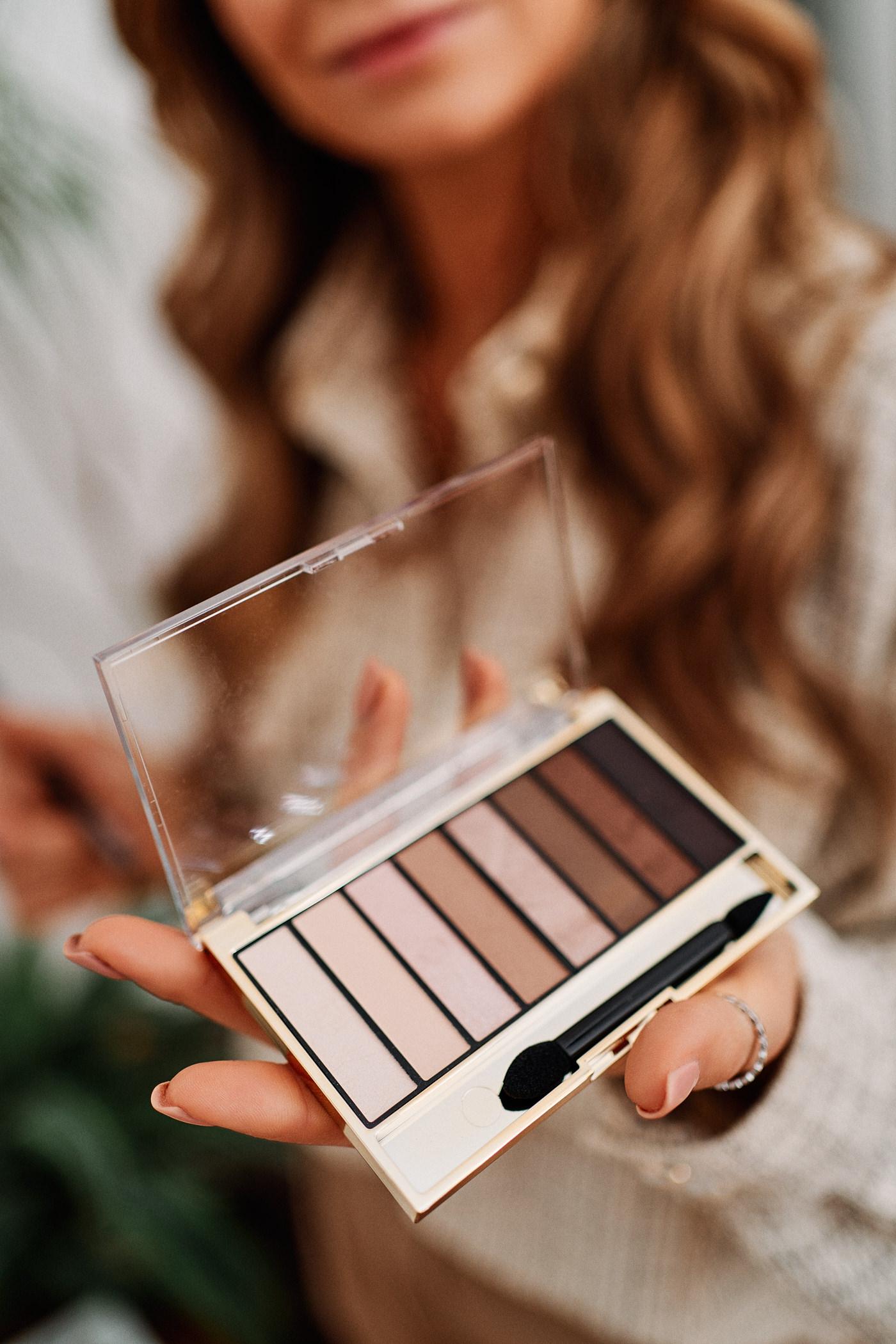 Mój makijaż świąteczny krok po kroku to także wyjątkowo podkreślone oczy – w tym celu sprawdzi się paleta cieni Max Factor Materpiece Nude w odcieniu Cappuccino