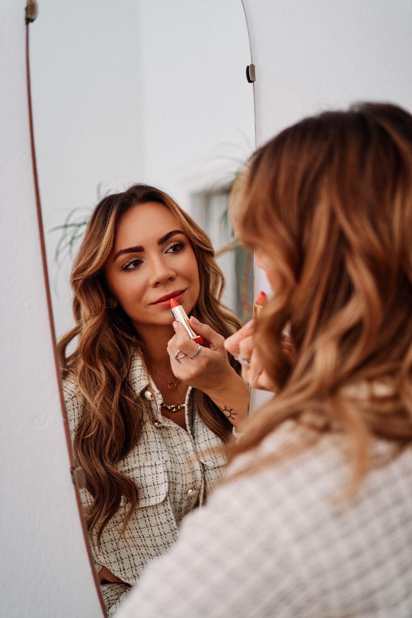 Podkreśl usta w świątecznym makijażu – pomadka Max Factor Colour Elixir dostępna w 9 odcieniach – na zdjęciu 060 Intensely Coral