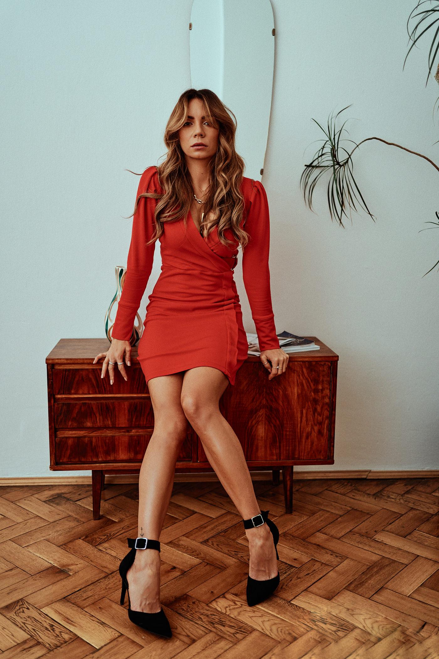 Stwórz świąteczny look z czerwoną sukienką, szpilkami i kosmetykami Max Factor. Poznaj moje pomysły na świąteczne stylizacje